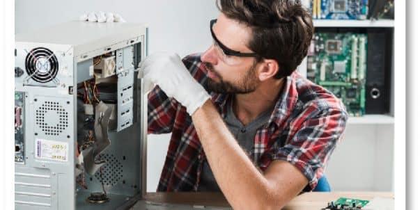 Informático reparando equipo