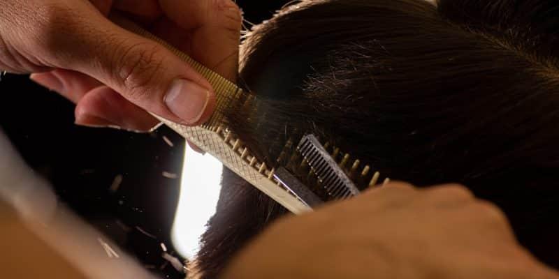 peluquería a domicilio - peluquero realizando un corte masculino