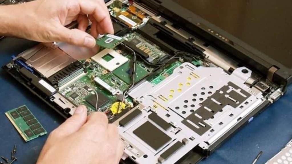 Informático a domicilio trabajando en la reparación de una computadora