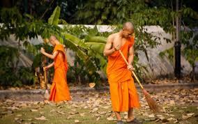 Monjes limpiando tu templo para reducir su estrés y clarificar su mente
