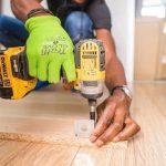 Handyman profesional montando muebles