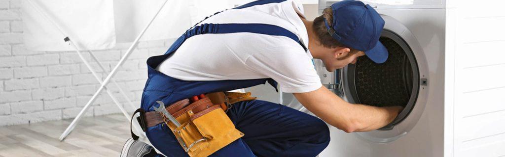 Técnico reparando lavadora