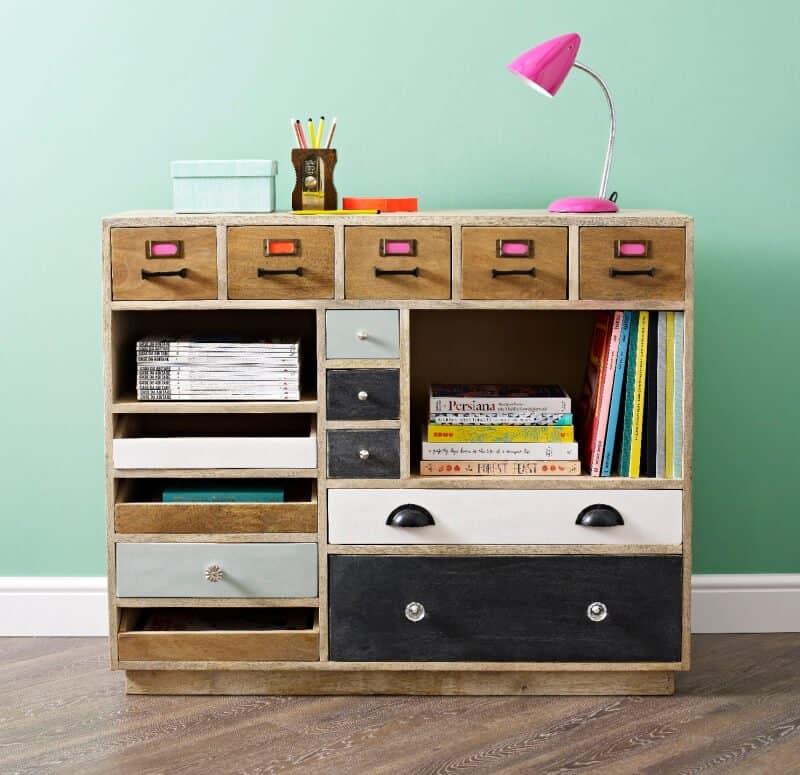 Añadir colores a tus muebles cajones y tiradores es una fantástica idea para restaurar un mueble antiguo