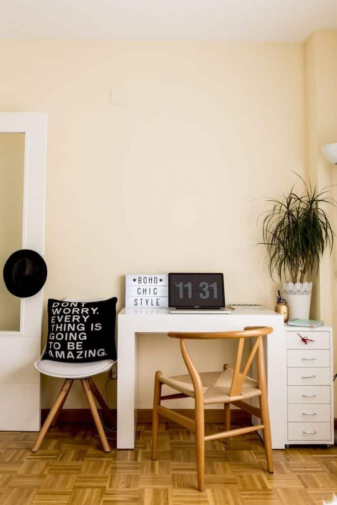 Colores cálidos y frases positivas para crear el mejor espacio para trabajar en casa