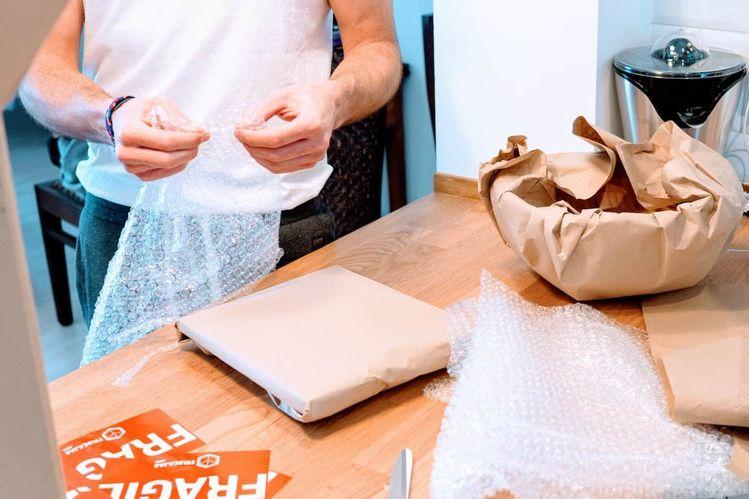 Embalar objetos frágiles con plástico protector, es una de las mejores consejos que puedes serguir durante la mudanza