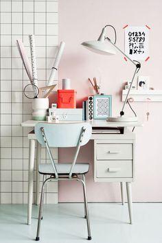Mini oficina en casa decorada con gusto.