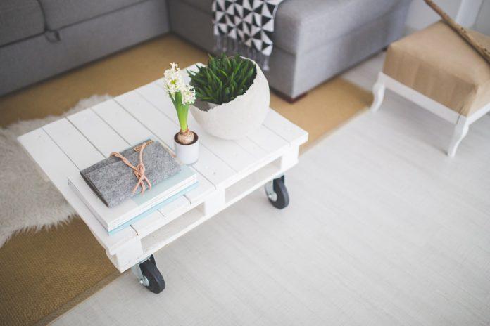 Pallet de madera transformado en mesa con ruedas