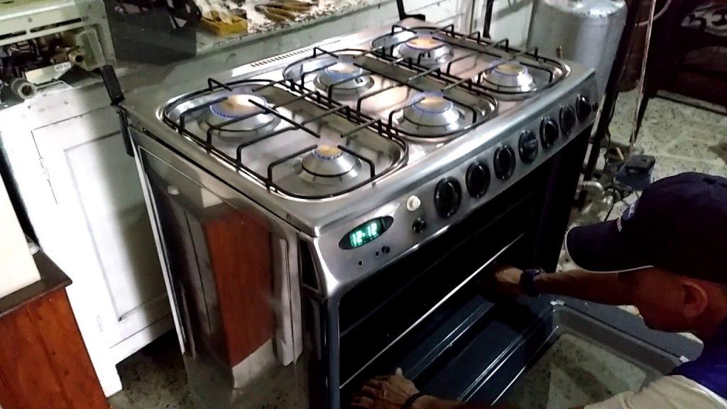 Determinación de la falla. Camaroneador realizando una inspección o reparación en un horno de una estufa a gas
