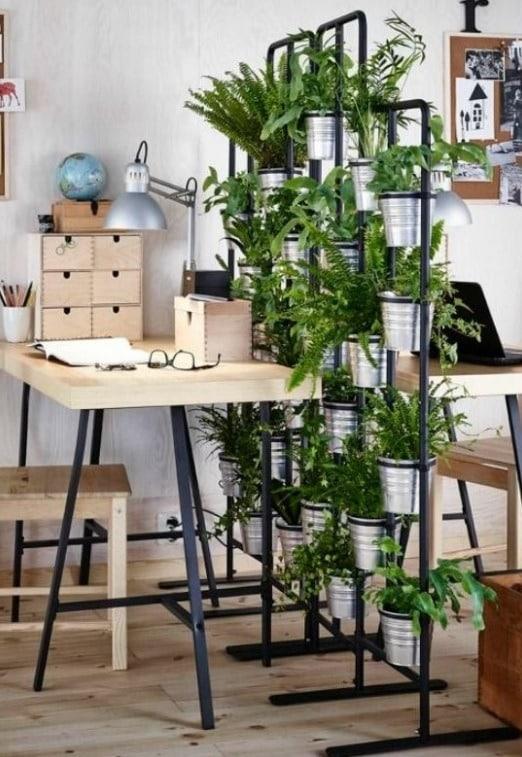 Separador de ambientes hecho por un soldador y usando plantas