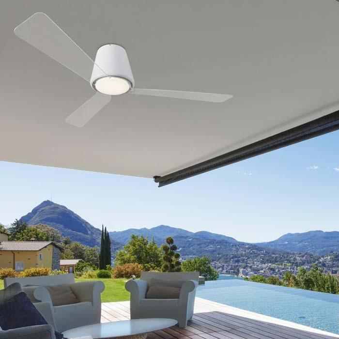 Un abanico para exteriores puede cambiar la apariencia de cualquier balcón, terraza o porche