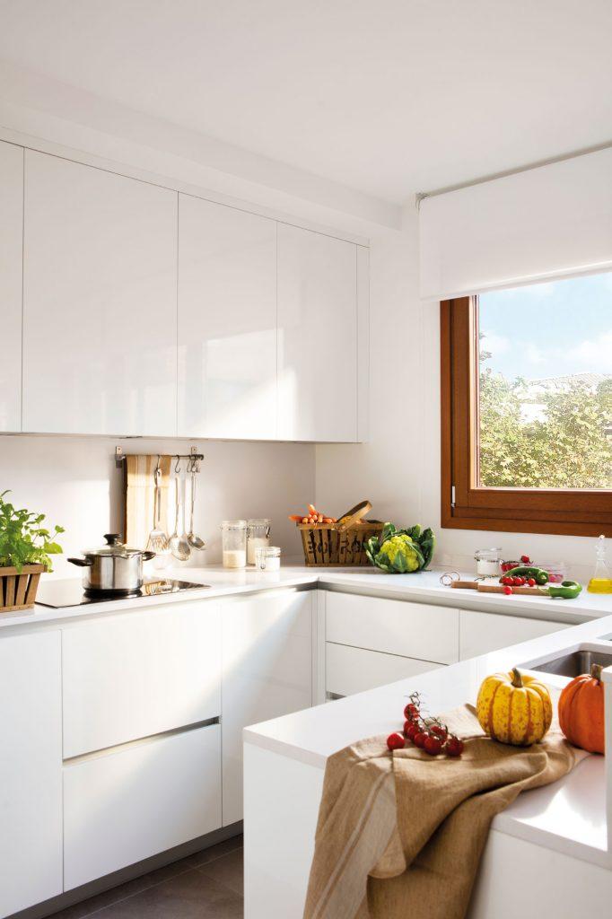 Cocina pequeña y moderna con muebles en U