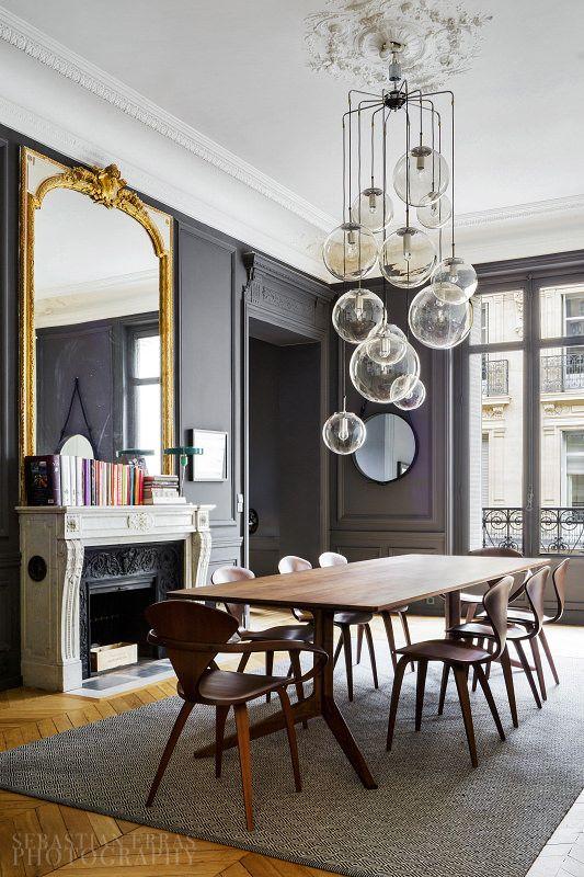 Lámpara pendular en sala comedor de lujo. Asegúrate que la instalación tiene en cuenta el peso total de la lámpara