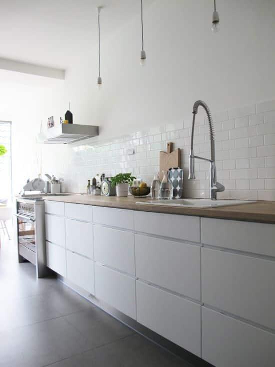Elegir un grifo de cocina con resorte de mueblles es una opción práctica y visualmente fantástica.