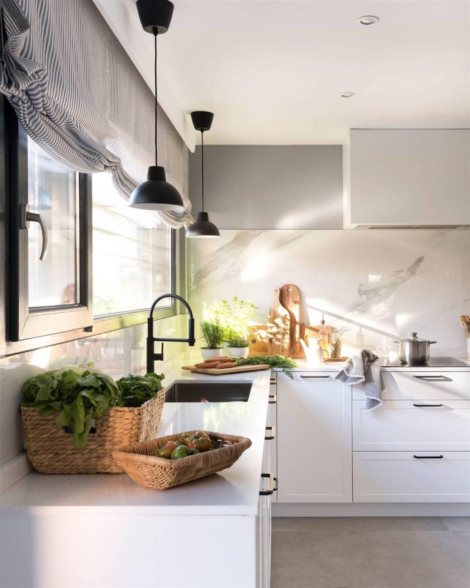 Grifo negro en cocina moderna