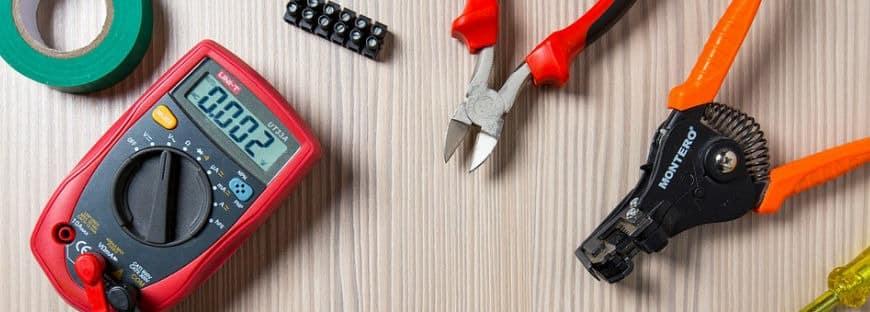 Herramientas renovar instalación eléctrica sobre mesa