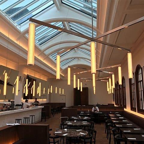 Proyecto de iluminación restaurante. La instalación de lámparas en este caso necesita siempre de un servicio profesional para resultados perfectos