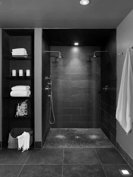Elegir pisos y paredes oscuras en el baño de casa es una opción arriesgada, pero muy elegante