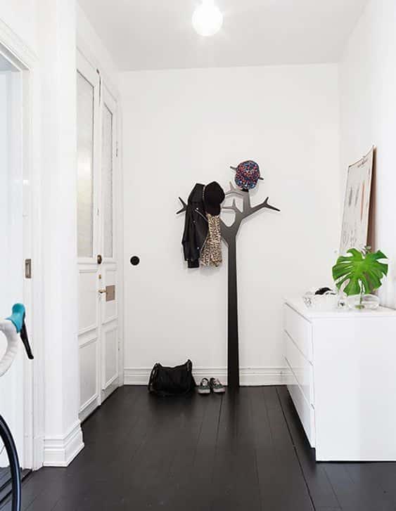 Elegir pîsos oscuros con paredes blancas para casa es una buena elección