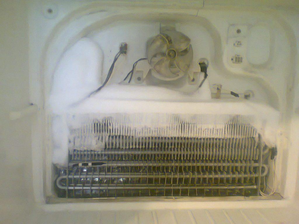 Hielo en el freezer de un refrigerador