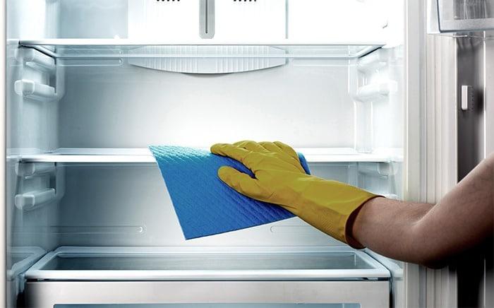 Limpiar la nevera de manera regular es una forma de alargar su vida útil